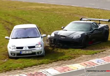 Video: Un Renault Clio juega a 'Las Atrapadas' con un Corvette en Nürburgring