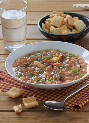 Sopa picante de mejillones, berberechos y hortalizas. Receta ligera refrescante