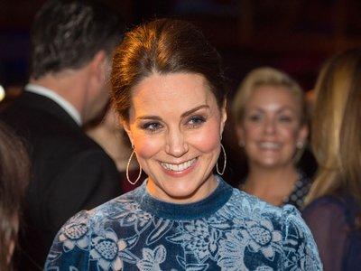 Kate Middleton se une a la tendencia del momento, el terciopelo, para conseguir un look sobresaliente