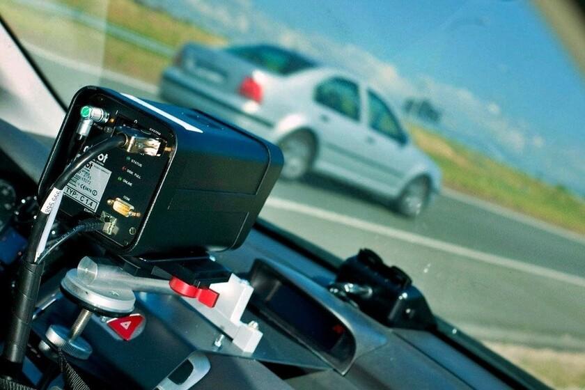 Un conductor boicotea un radar móvil de velocidad con su coche y graba su 'hazaña' en vídeo