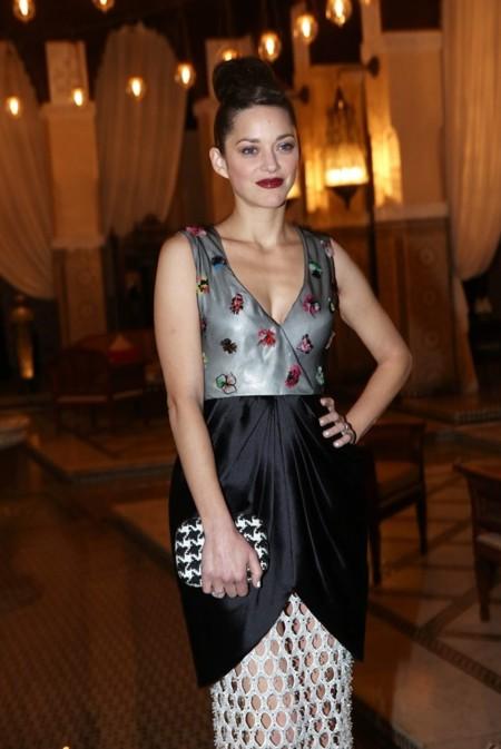 Marion Cotillard defiende hasta los modelitos más imposibles de Dior