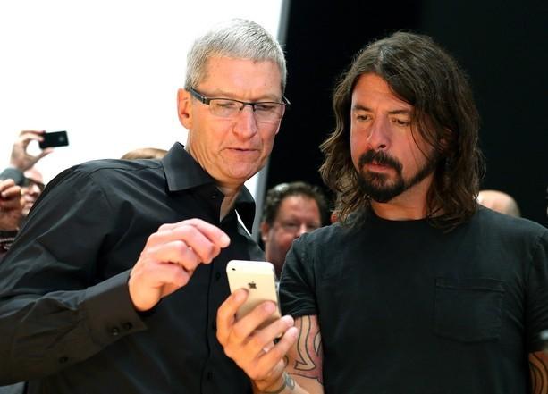 Tim Cook con David Eric Grohl, lider de los Foo Fighters