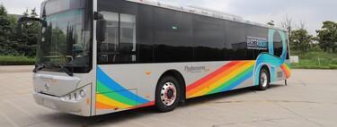 La primera carretera que carga vehículos eléctricos por inducción, más cerca: este autobús circula a la vez que carga sus baterías