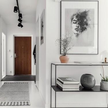 """El blanco y negro en este piso tan nórdico sólo se """"rompe"""" con detalles del tendencioso palo rosa y nos encanta el resultado"""