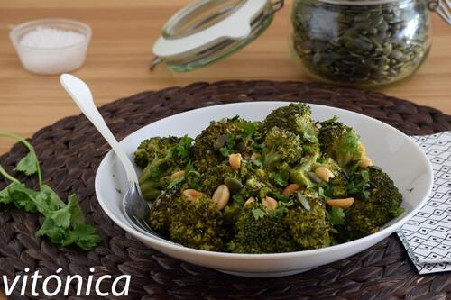 Brócoli con cacahuetes, semillas de calabaza y levadura de cerveza: receta saludable