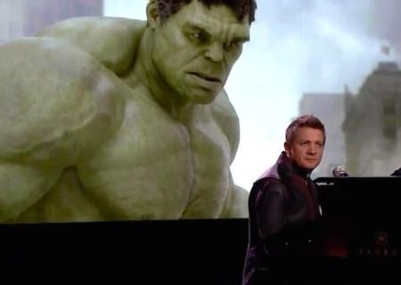 Jeremy Renner canta sobre los superpoderes de Ojo de Halcón, la imagen de la semana