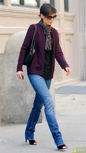 Katie Holmes se une a la moda del morado