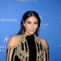 Este look arlequín rococó de Kim Kardashian en Las Vegas era demasiado incluso para ella