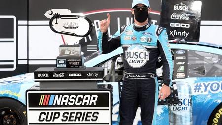 Así son ahora las carreras de coches: la NASCAR se reanudó y Kevin Harvick celebró su victoria con mascarilla
