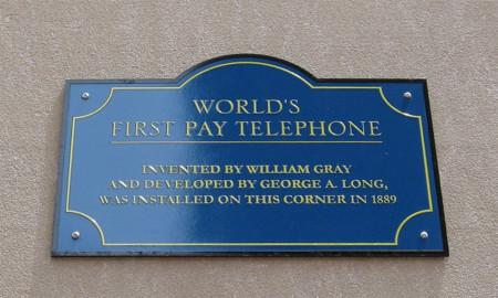 Placa conmemorativa del primer teléfono público de la historia