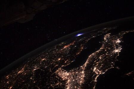 Una luz azul sobre Europa ha sido captada desde la Estación Espacial Internacional: esta es la explicación del extraño fenómeno