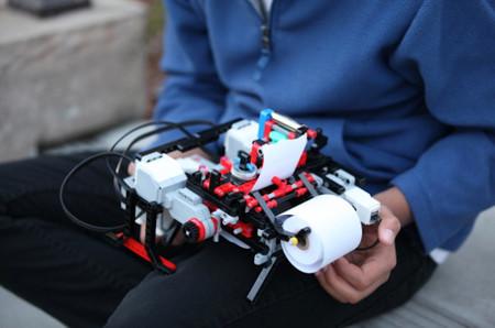Shubham Banerjee: el niño que ha inventado una impresora para alfabeto braille a partir de un set de LEGO
