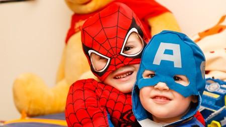dos niños disfrazados de superhéroes