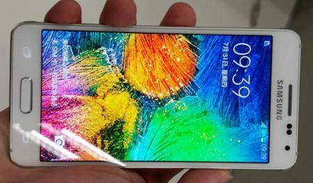 Al Samsung Galaxy Alpha le sienta bien el blanco