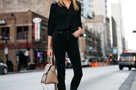Cómo combinar una camisa negra y no aburrir en el intento