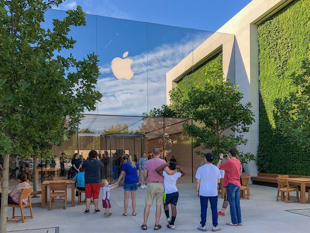 La nueva Apple Store de Louisville es toda vegetación y espejos en la fachada