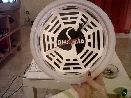 Un reloj Rusch de Ikea personalizado con el logo de Dharma.