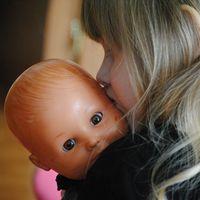 ¿Tu hijo carga a sus muñecos en el lado izquierdo del cuerpo? Esto podría indicar mejores habilidades cognitivas