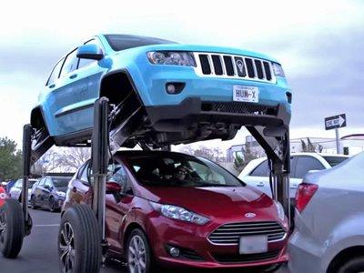 Para este coche el tráfico no existe, porque es capaz de pasar por encima de los coches
