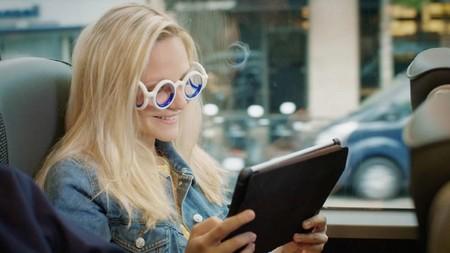 Estas gafas parecen fashion y son extravagantes, pero no son lo último en streetstyle, sino la solución para los que se marean en el coche