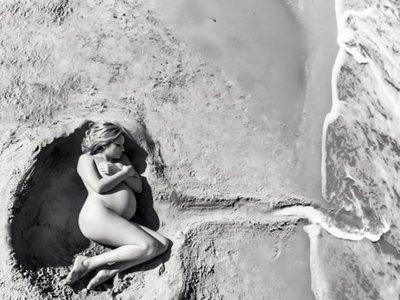 La preciosa foto de una embarazada desnuda en la playa que es pura poesía