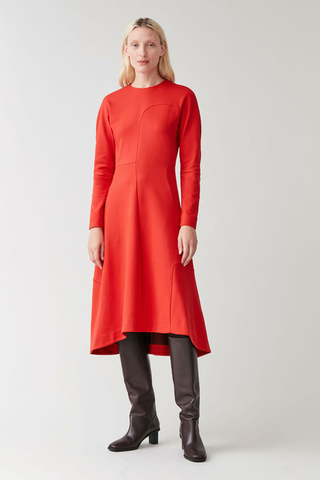App001prod 8https://www.cosstores.com/en_eur/women/womenswear/dresses/product.panelled-asymmetric-dress-red.0834248005.html