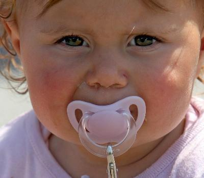 niñita con su chupete
