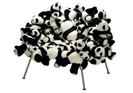 Una silla hecha con osos panda