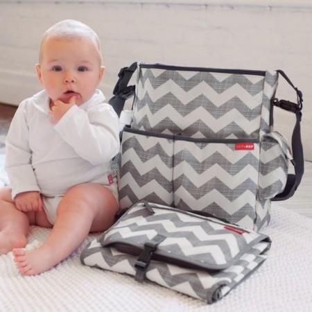 Mamá trendy y bebé feliz con los nuevos accesorios de la colección Chevron de Skip Hop