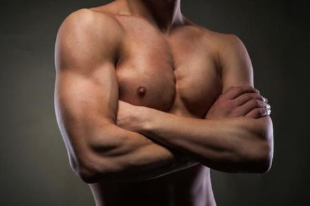 Cinco ejercicios isométricos para trabajar brazos en casa