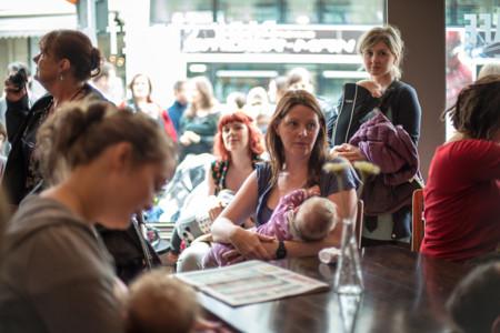 Mujeres dando el pecho en público