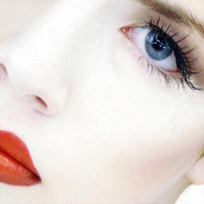 El maquillaje para los cabellos rojos y las pecas