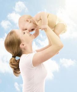 ¿Poner crema solar al bebé si tiene menos de seis meses?