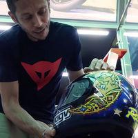 Valentino Rossi enseña los cascos y monos más importantes de su museo secreto en este vídeo