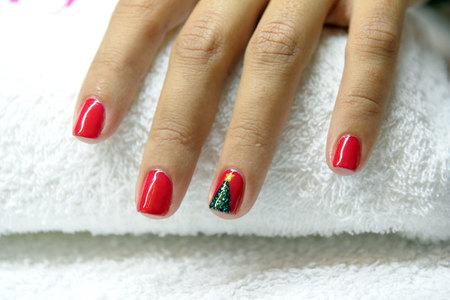 La manicura roja con árbol de Navidad de 'Nails and the City', paso a paso