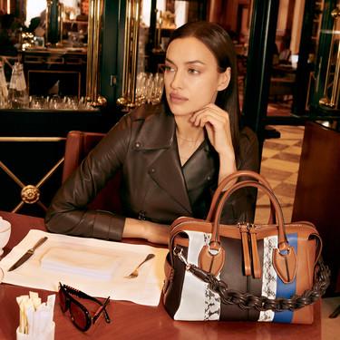 Irina Shayk reinventa el bolso más icónico de Tod's, el preferido de Lady Di