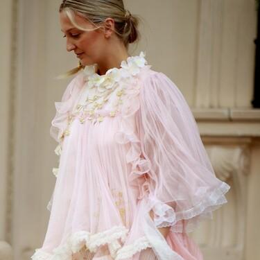 Copiamos el look de invitada más moderno del otoño 2021 a las londinenses: vestidazos de fiesta y botas altas