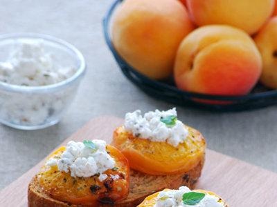 Tostas de albaricoques asados con queso de cabra. Receta de aperitivo