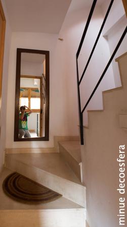 Antes y despu s un espejo en la escalera - Como colocar un espejo encima de un aparador ...
