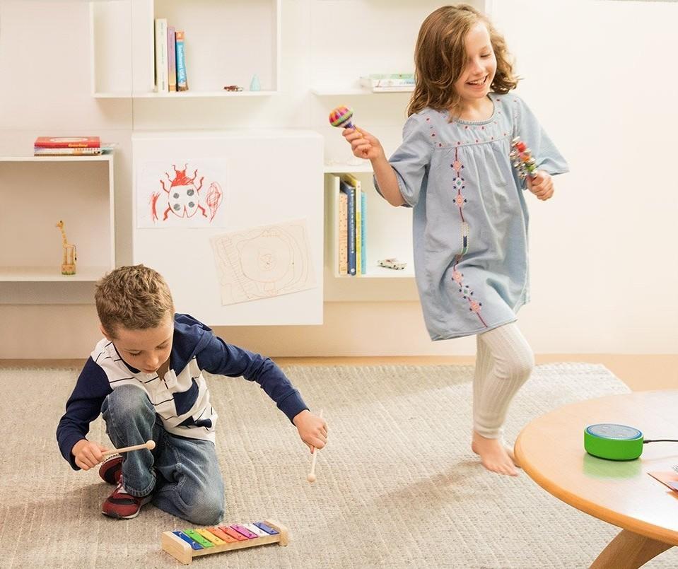 Niños jugando con música de un asistente virtual