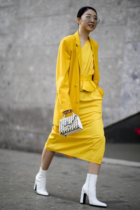Cómo combinar un vestido midi para ir a trabajar
