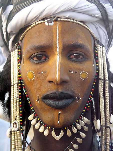 Los Boroboro, un pueblo donde el mayor signo de masculinidad es ir maquillado
