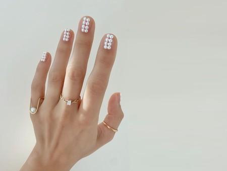 Las perlas se colarán en nuestra manicura este otoño y con ideas como estas es imposible resistirse