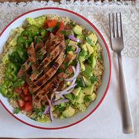 Ensalada de quinoa con ternera y aguacate: receta saludable súper nutritiva
