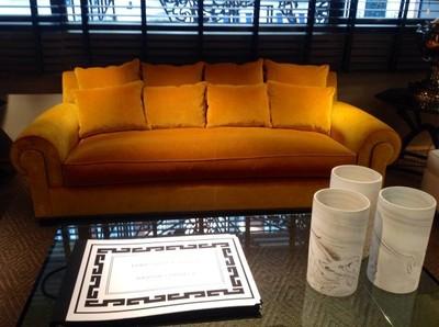Un sofá de terciopelo dorado, ni viejuno ni anticuado
