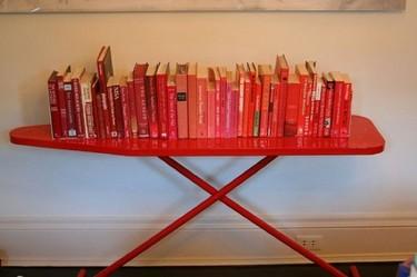 Recicladecoración: una tabla de planchar que sirve como estantería
