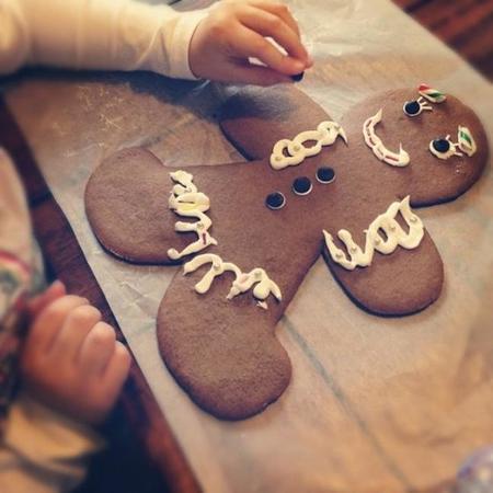 Cocinar con niños y hacer manualidades, dos en una (galleta gigante)