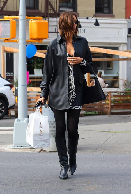 irina shayk chaqueta sobrecamisa de cuero