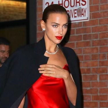 Irina Shayk se atreve con un vestido con aperturas de infarto de color rojo y consigue el mayor de los éxitos