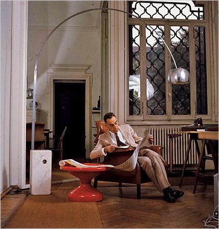 Achille Castiglioni con su lámpara Arco.